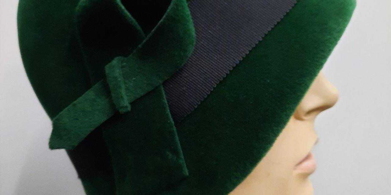 Haube im 20-er Stil in grün