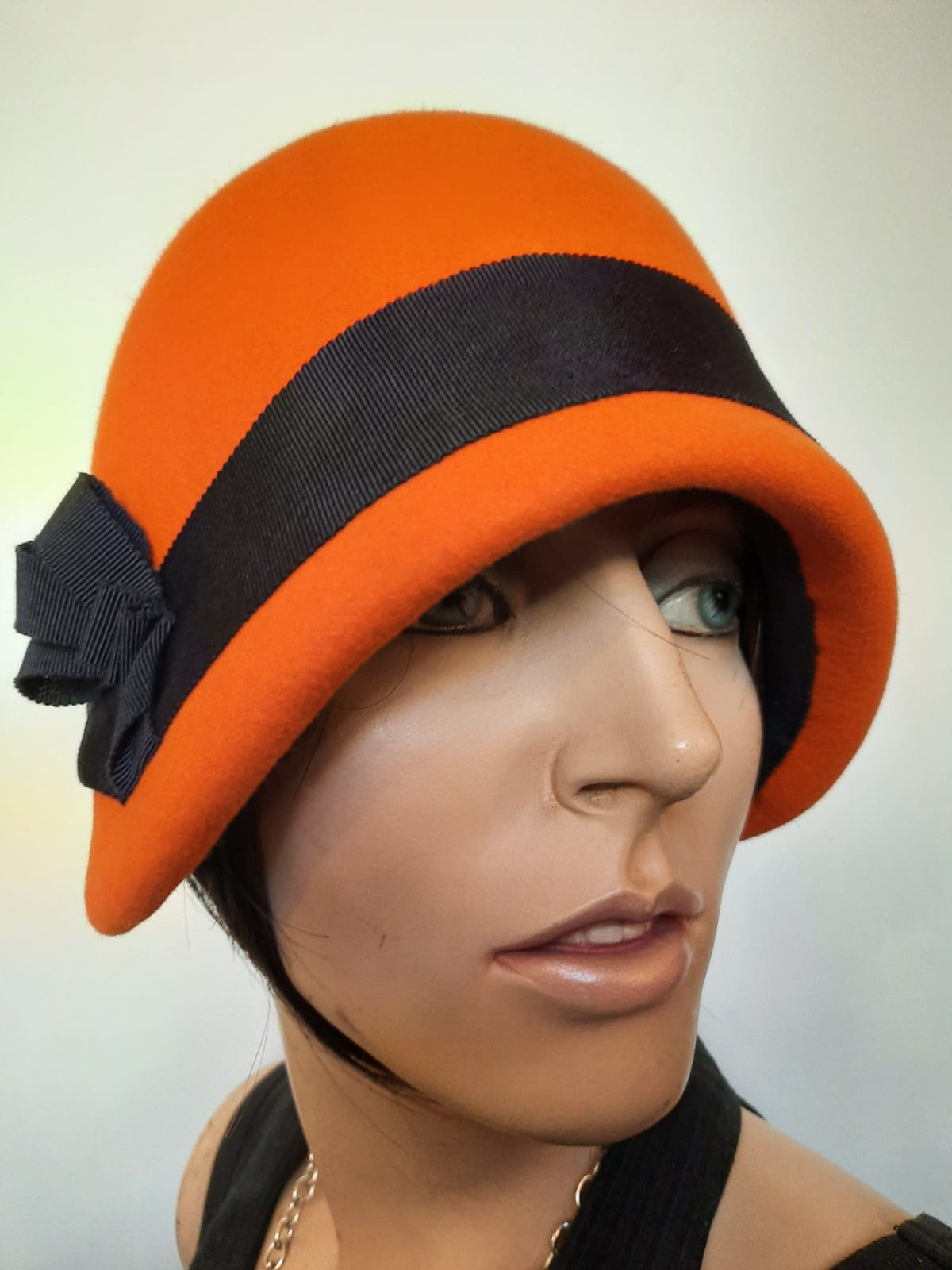 Haube im 20er Jahre Stil in orange