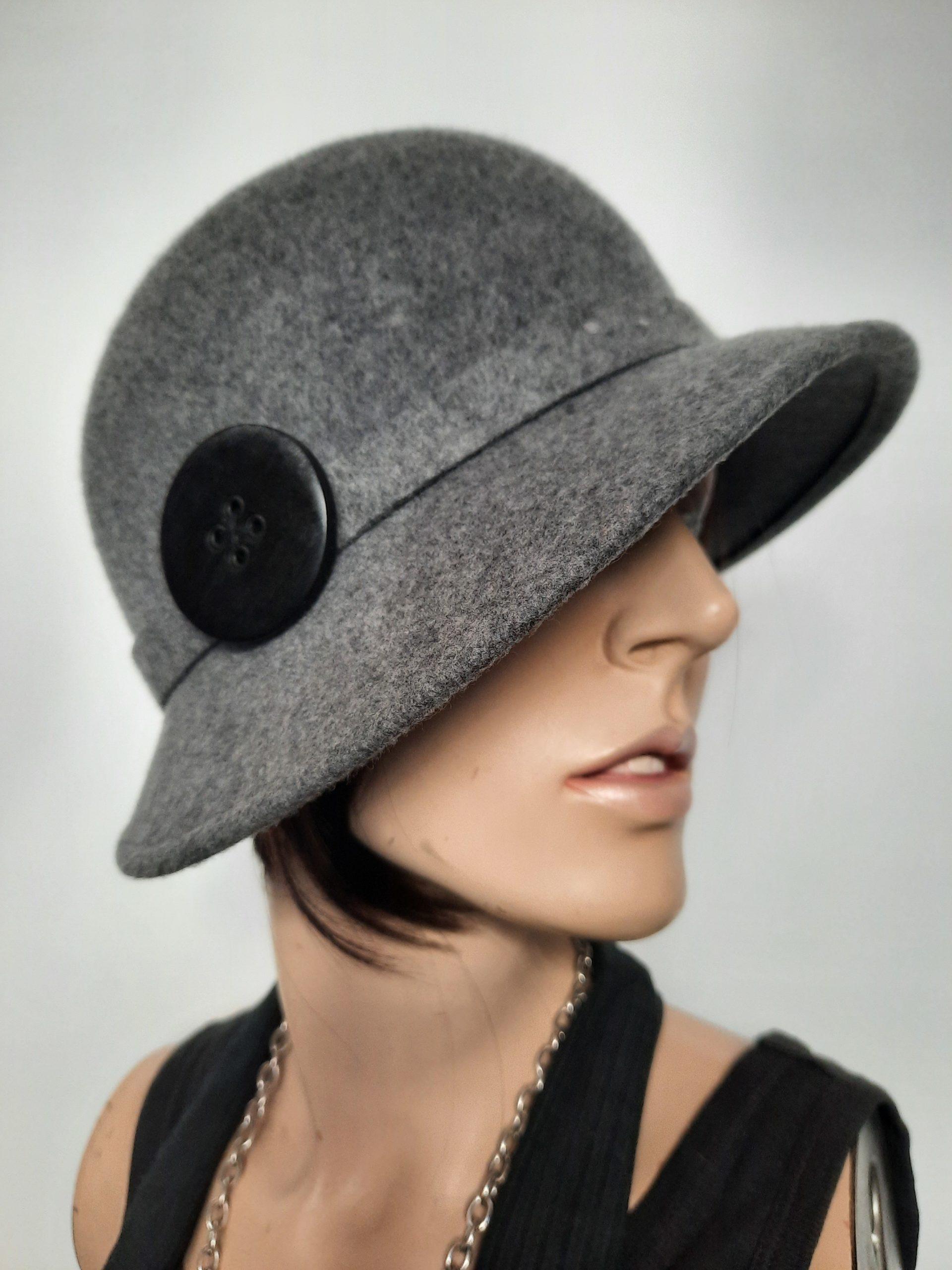 Frauenhut aus dem 20er-Stil mit Knopf in grau