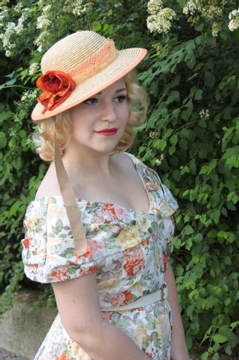 Dame mit Hut mit orangenem Hutaccessoire